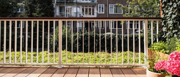 Header Website - Groen plat dak op balkon midden in Amsterdam